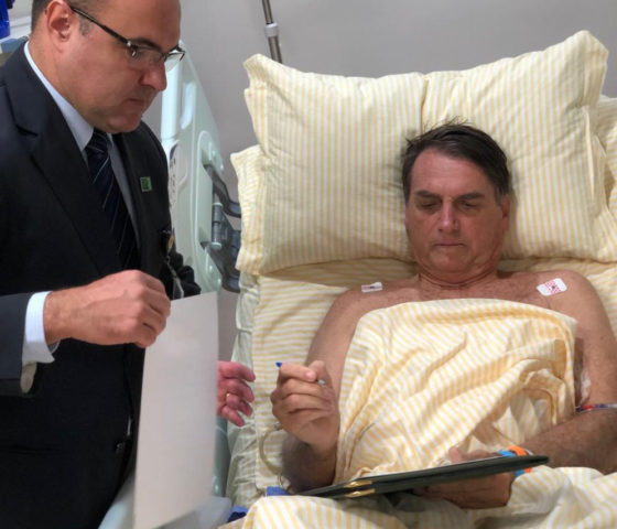 Internado, o presidente Jair Bolsonaro assina decreto no hospital